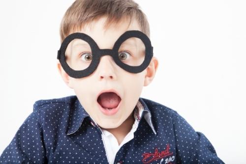 メガネをかけた男の子が驚いている様子