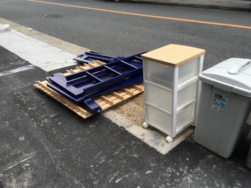 不法投棄されたベッド、すのこ、収納ボックス
