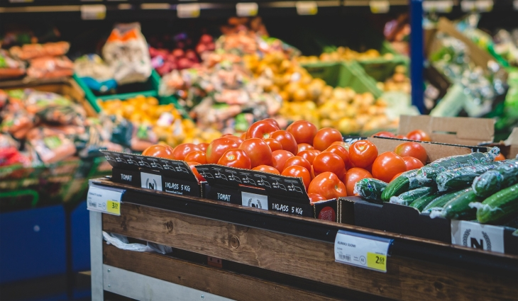 スーパーマーケットの店頭に並んでいるトマトときゅうり