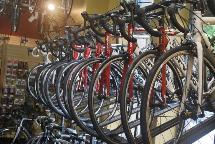 自転車が展示されている自転車屋さんの店内