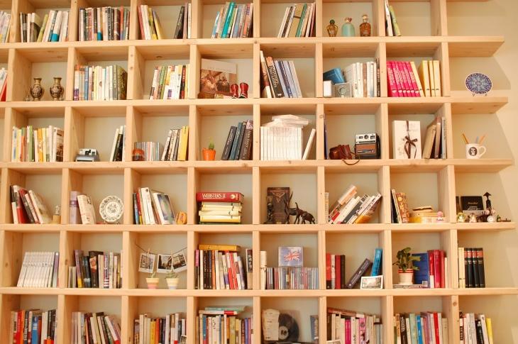 木製のオシャレな本棚