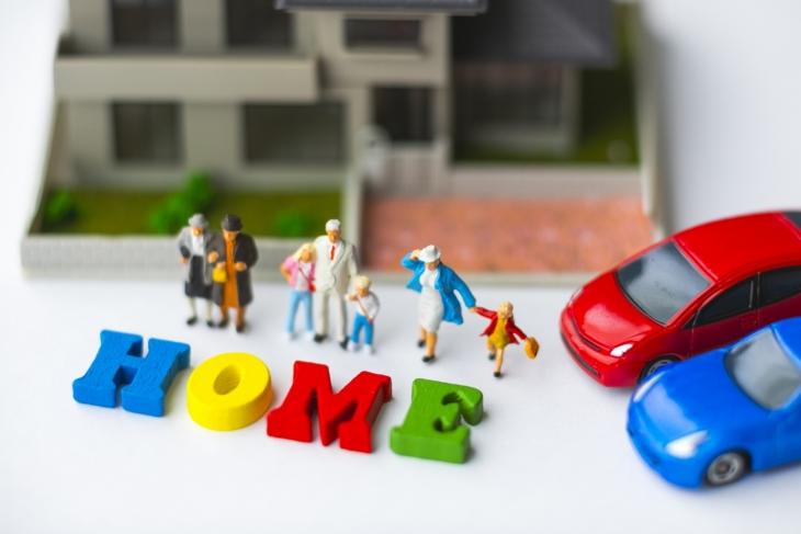 家と家族と車の模型のイメージ画像