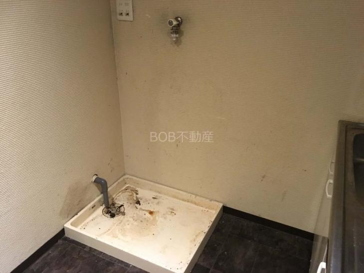 給湯室にある洗濯機置場の画像