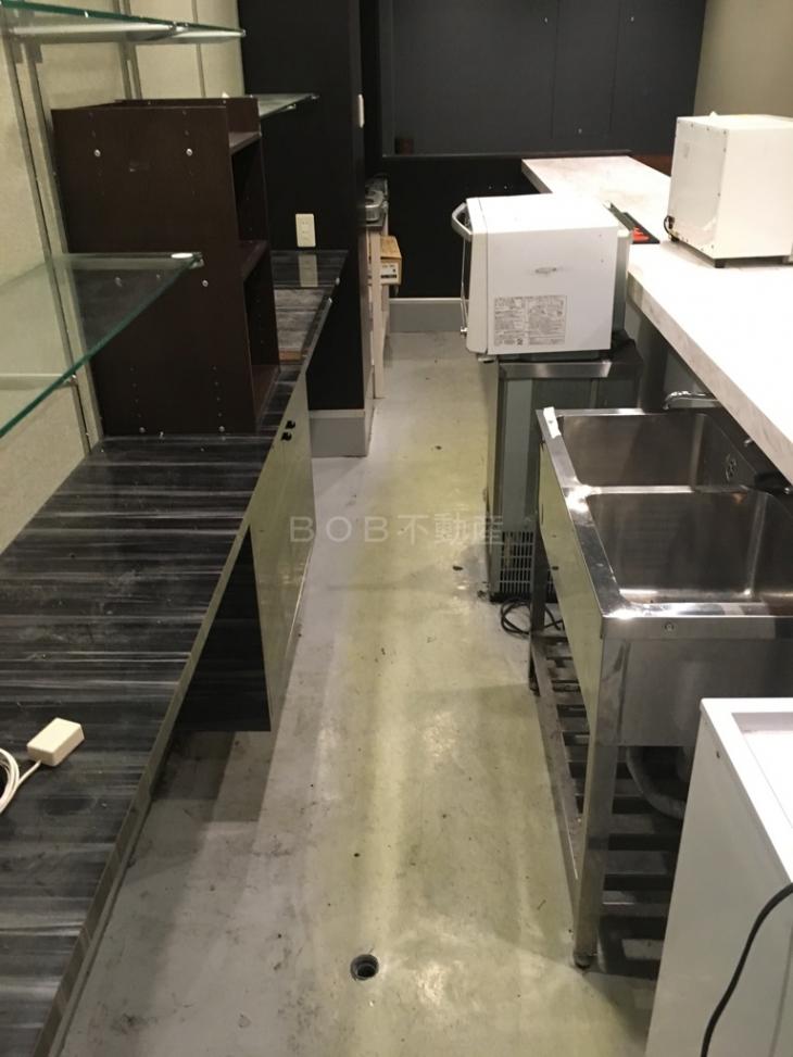 厨房内にあるシンク、棚の画像