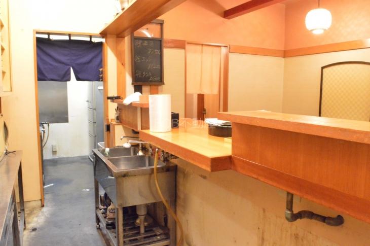 厨房内から店内を映した画像