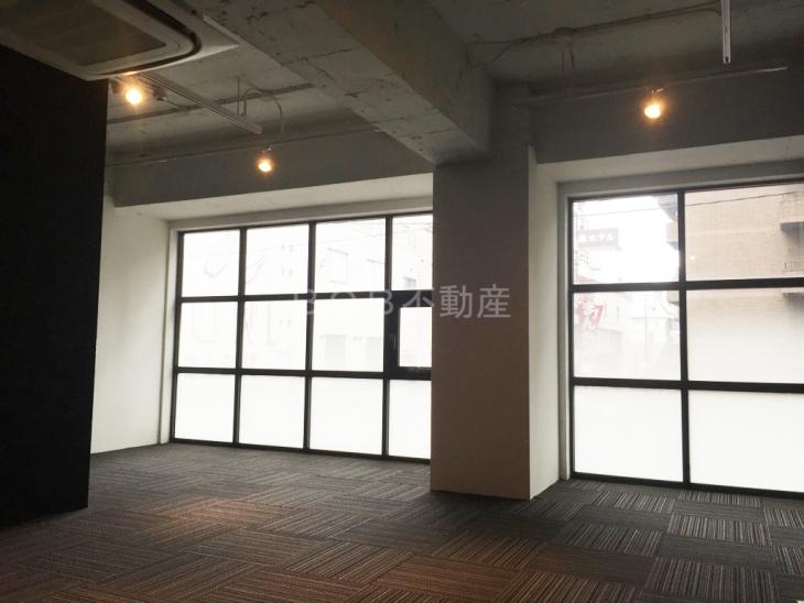 コンクリート打ちっぱなしの天井とモダンな店内画像2