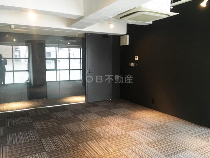 コンクリート打ちっぱなしの天井とモダンな店内画像4