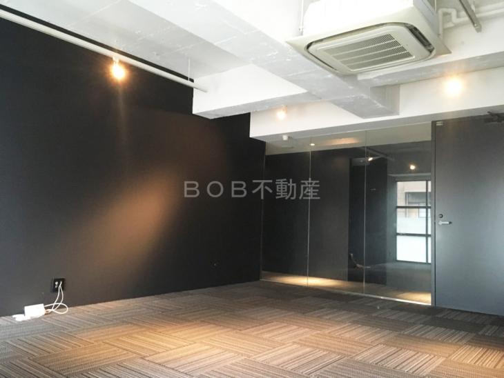 コンクリート打ちっぱなしの天井とモダンな店内の画像5