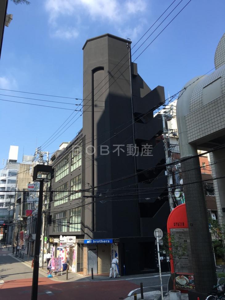 黒基調の建物「RE-011」の外観画像