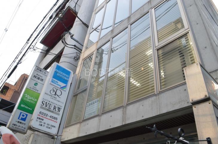 建物2階部分が写る外観画像