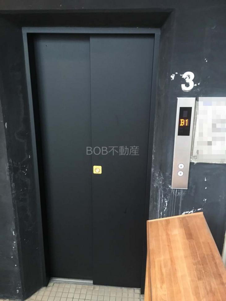 黒く塗装されたエレベーター画像
