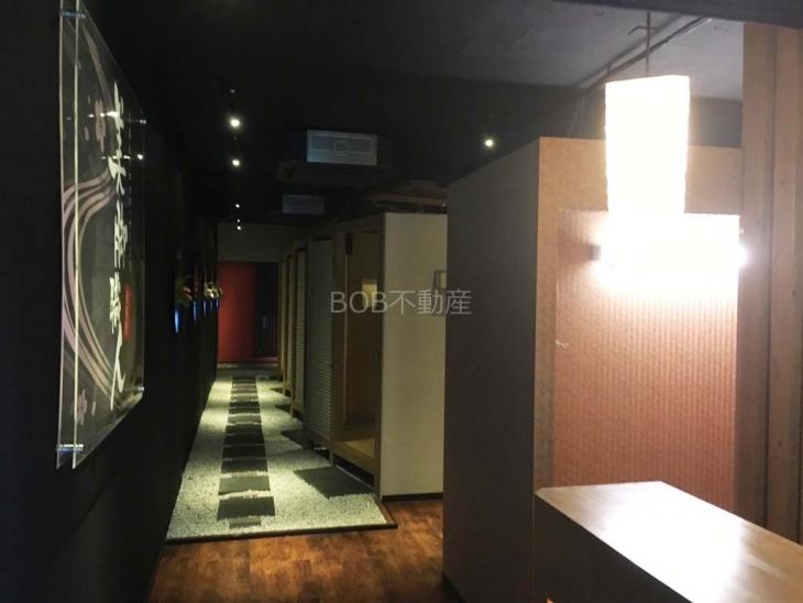 個室スペース、石畳み風の床が写った店内の画像