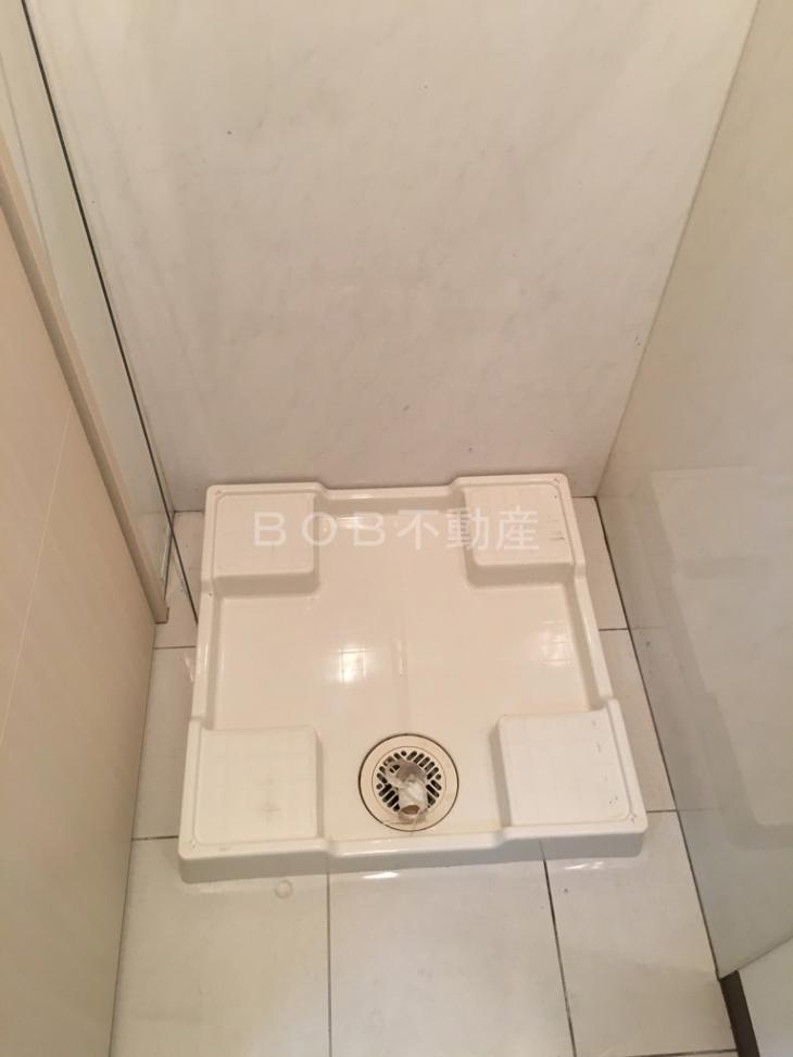 白い床、壁と洗濯パンの画像