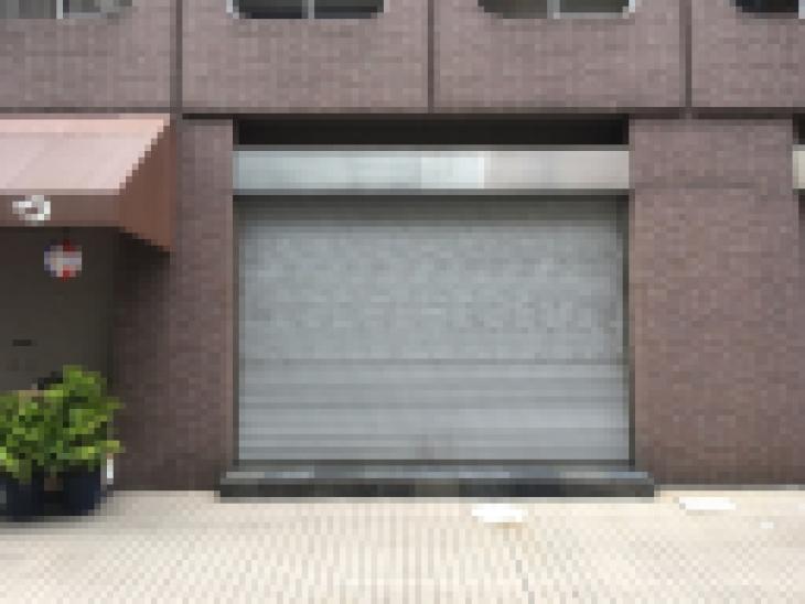 シャッターの閉まった店舗入り口画像