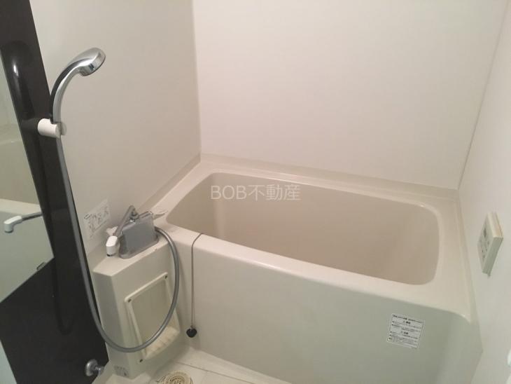 清潔感がある浴室内の浴槽とシャワーの画像