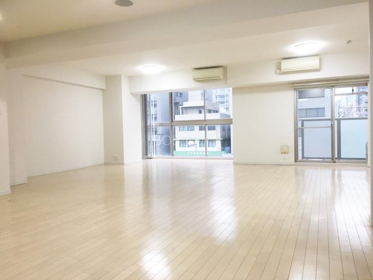 白基調の室内と大きな窓が2枚、エアコン2基が映った画像
