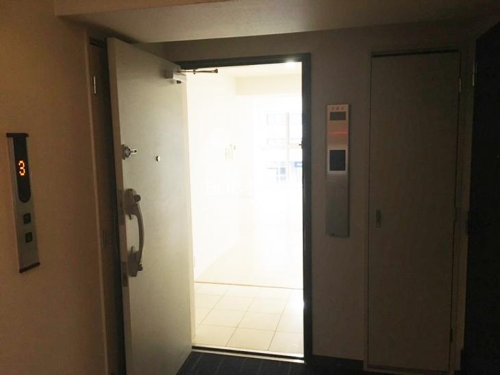 301号の部屋前からの室内を映した画像