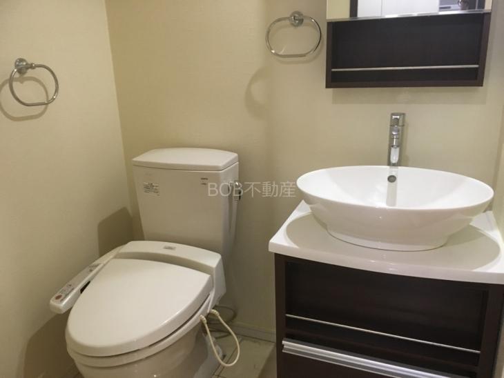 温水洗浄便座とオシャレな洗面台の画像