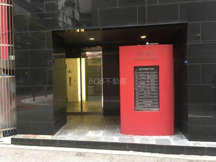 黒と赤が合いまった建物のエントランス画像