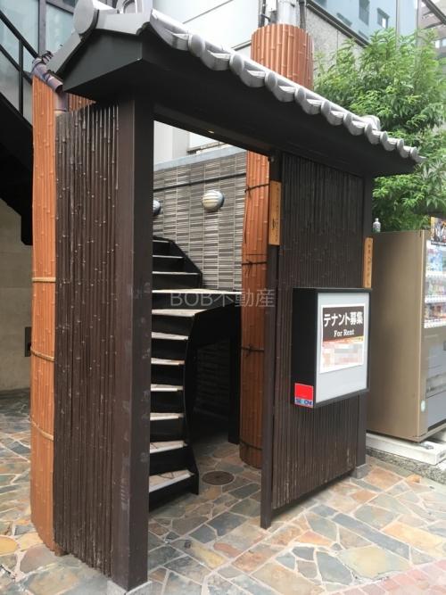 屋根瓦と木造家屋風の門扉