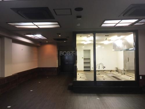 茶色のフローリング、白壁の室内と業務用エアコンの画像