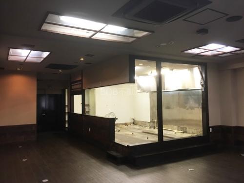 茶色のフローリング、白壁の室内と業務用エアコンの画像2