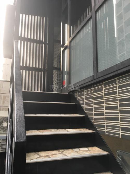階段と建物外観の画像