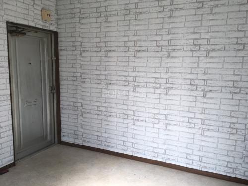 白いレンガ調の壁と白い床の内装