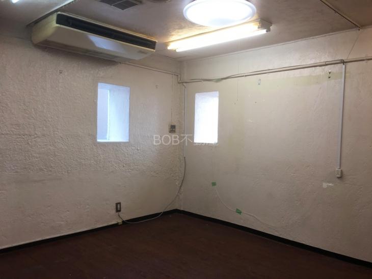 白く塗装された内装と茶色のフローリング、エアコンの画像