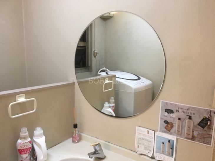 共用洗面台と鏡の画像