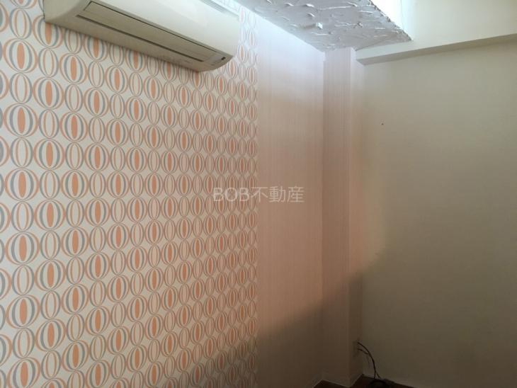 白い内装の試着室とエアコンの画像