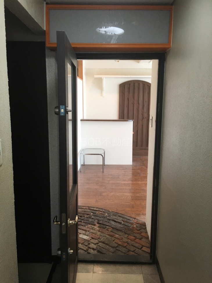木製の扉と白い内装、茶色のフローリングの画像