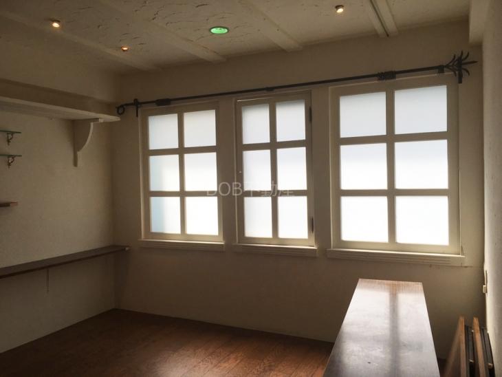 白い窓枠と窓の画像