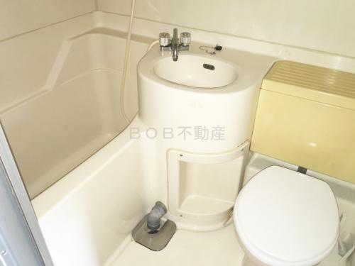 浴室とトイレ、洗面台が一緒に配置されている浴室の画像