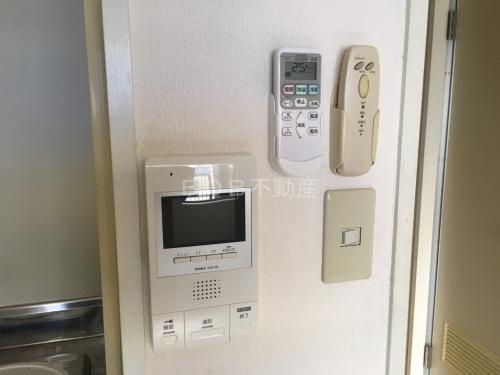 TVモニター付きインターホンとエアコン、照明器具のリモコンの画像