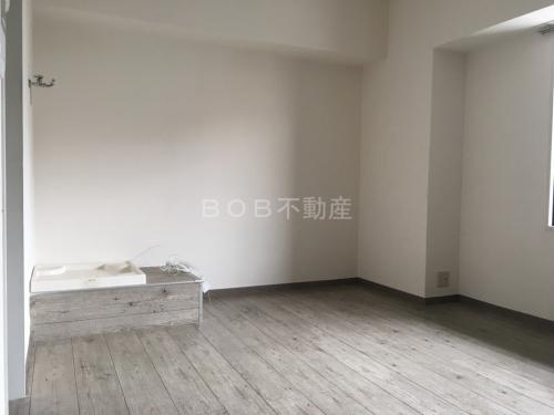 グレーの木目調の床と洗濯パンと白い室内の画像1