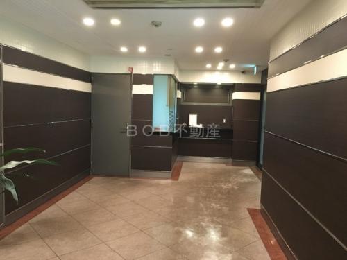 茶色ベースの内装のエレベーターホールの画像
