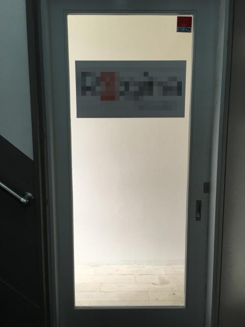 白枠と透明のガラスが入った入り口の画像