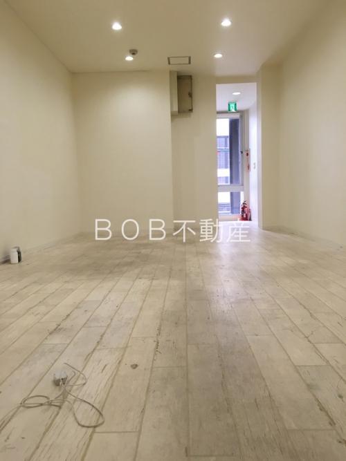 白い床と白い壁と奥に窓が映る画像