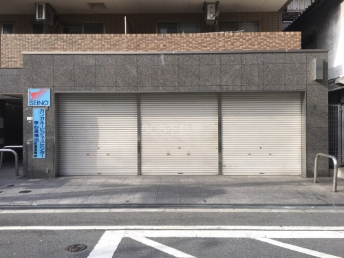 3枚のシャッターが映った間口の広い1階空き店舗の画像
