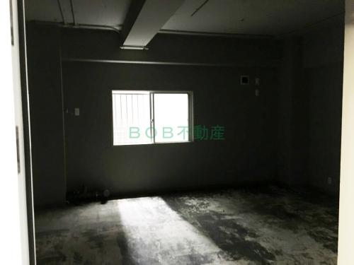 床材が剥がされた内装と窓の画像