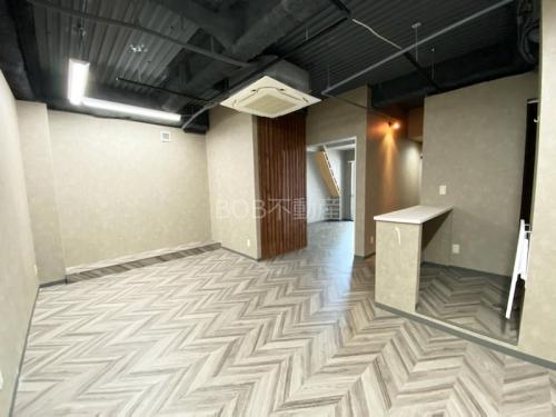 白い受付カウンターと白い床、白い内装、エアコンと黒い天井が映った画像2