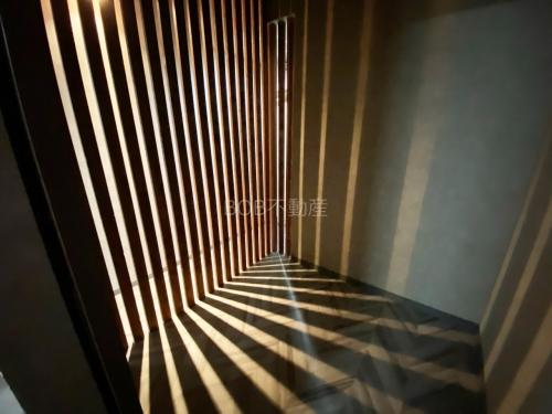 店内の照明の灯りが木枠から映り込んだグラフィックな画像