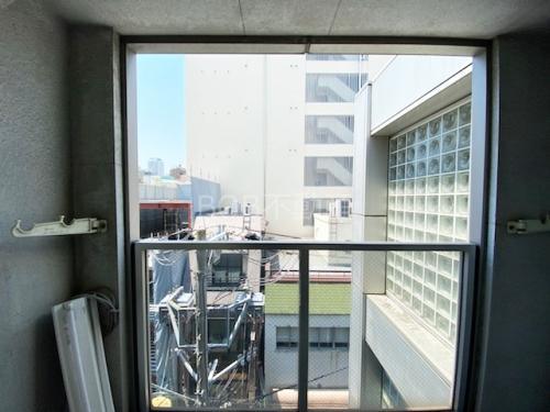 白いビルが奥に移るバルコニーからの画像