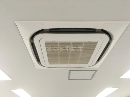 事務所内の天井に埋め込まれている業務用エアコンの画像