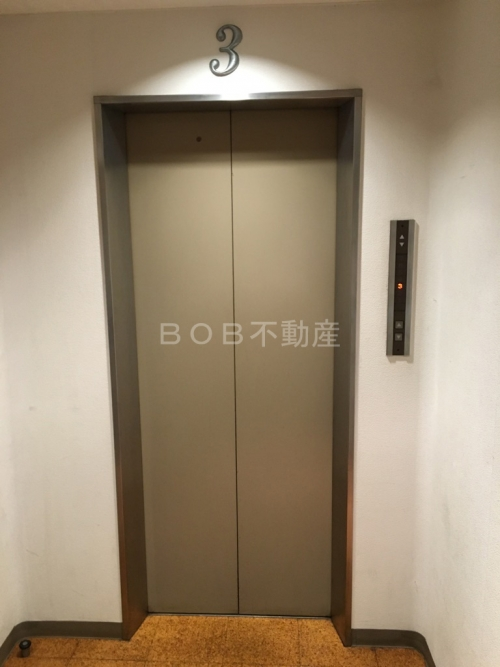 所在階3階に停まったエレベーターの外側の画像