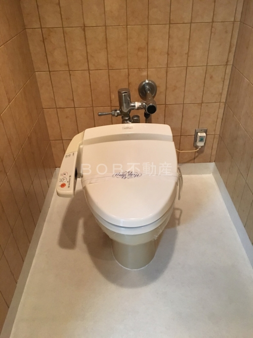 温水洗浄便座の写るトイレの画像